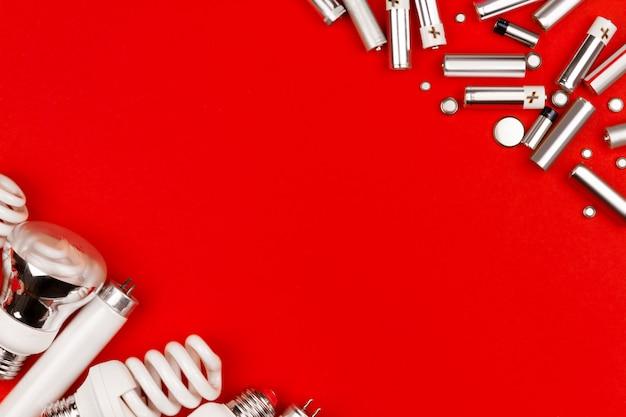 Viele alte gebrauchte metall-lithium-alkalibatterie-zellen und led