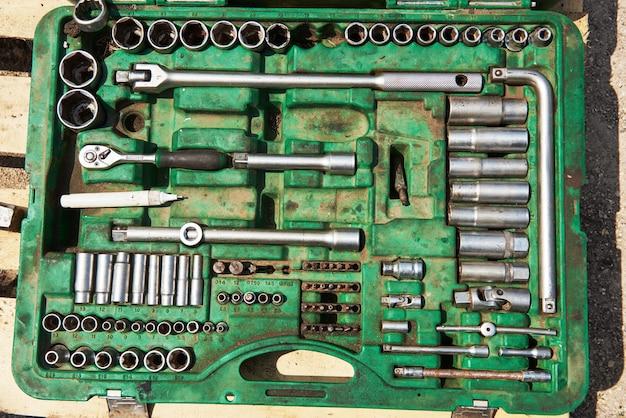 Viele alte instrumente im werkzeugkasten.