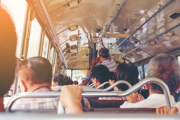 Viele alte leute benutzen freien bus durch politik von der regierung in bangkok thailand
