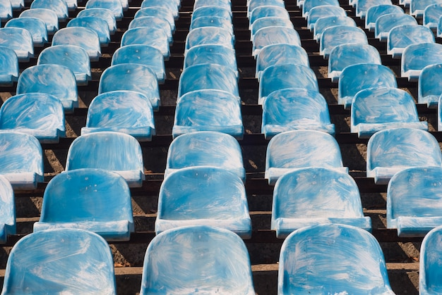 Viele alten blauen stühle in einem fußballstadion
