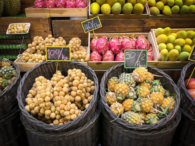 Viele arten von thailändischen früchten mit preis auf dem markt
