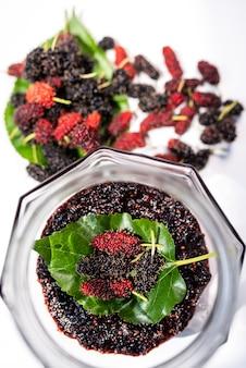 Viele bio-maulbeerblätter werden aus frischen maulbeerblättern verwendet, um maulbeermarmelade zum frühstück zuzubereiten.