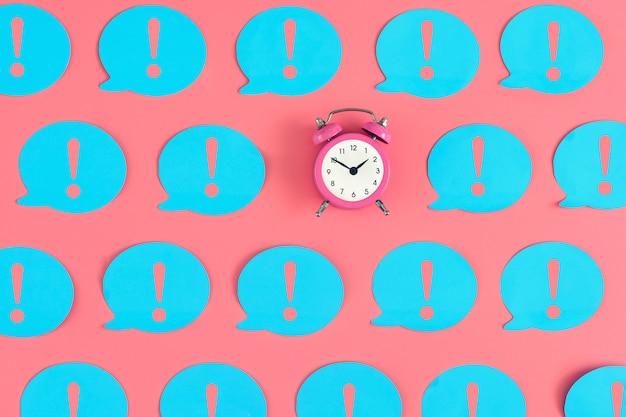 Viele blaue aufkleber mit ausrufezeichen auf rosa