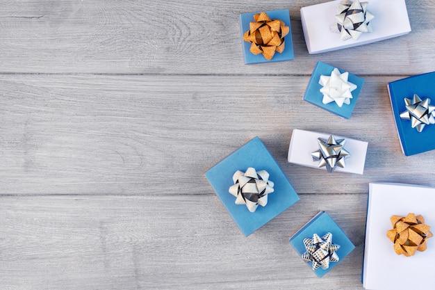 Viele blaue und weiße geschenkboxen mit schleifen verziert.