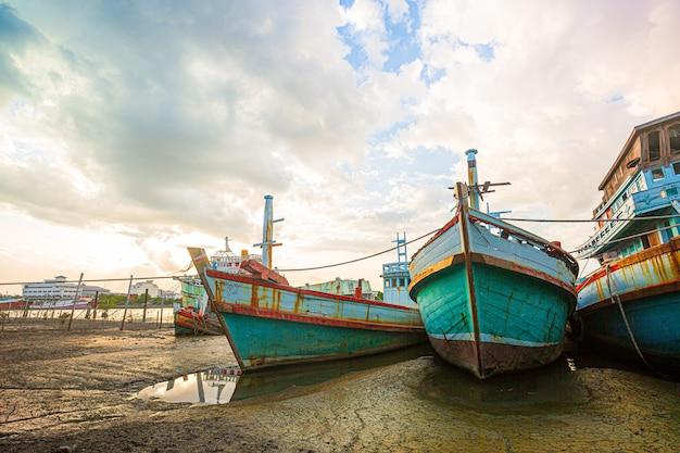 Viele boote vertäut in der morgenzeit des sonnenaufgangs am hafen von chalong