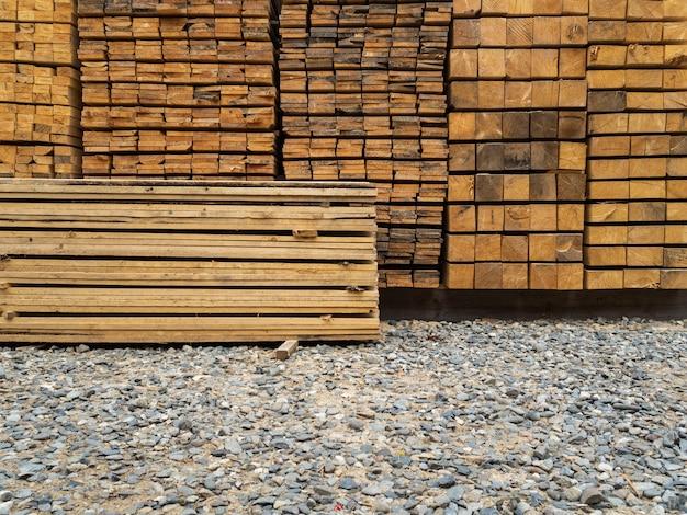 Viele bretter im lagerhaus übereinander gestapelt. schnittholz zur weiteren verwendung im bauwesen