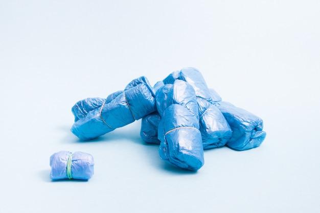 Viele bündel blauer überschuhe isoliert