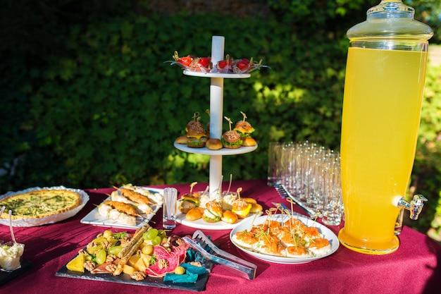 Viele buffetsnacks mit limonade auf dem catering-tisch