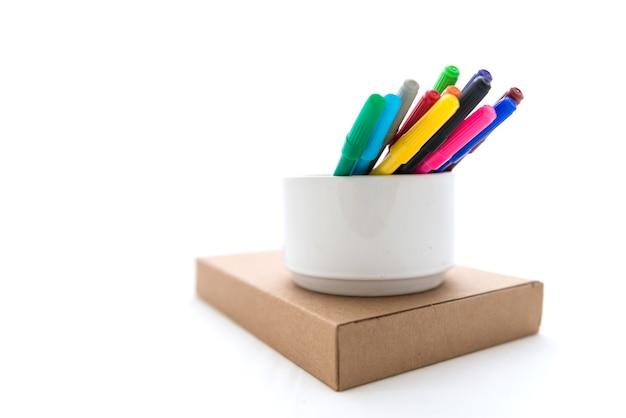 Viele bunte filzstifte auf brown-papierkasten