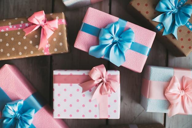 Viele bunte geschenkboxen draufsicht