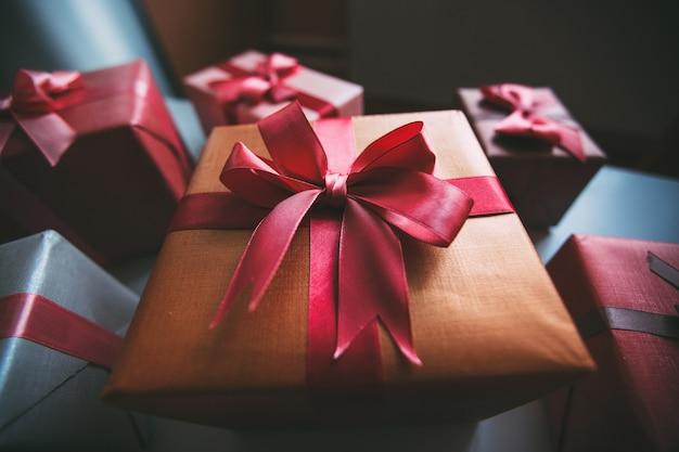 Viele bunte geschenkboxen mit bandbögen draufsicht.