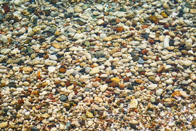 Viele bunte kieselsteine an der küste