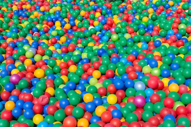Viele bunte kinder plastikbälle von geringer größe