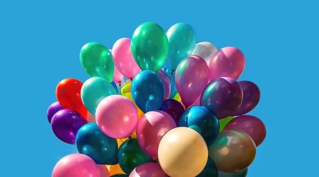Viele bunte luftballons auf dem blauen himmelhintergrund mit wolken