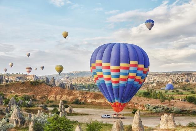 Viele bunte luftballons starten in den himmel Premium Fotos