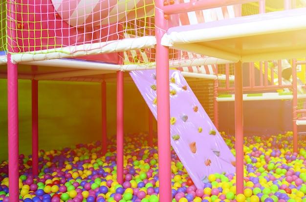 Viele bunte plastikkugeln in einem kinder-ballpit an einem spielplatz