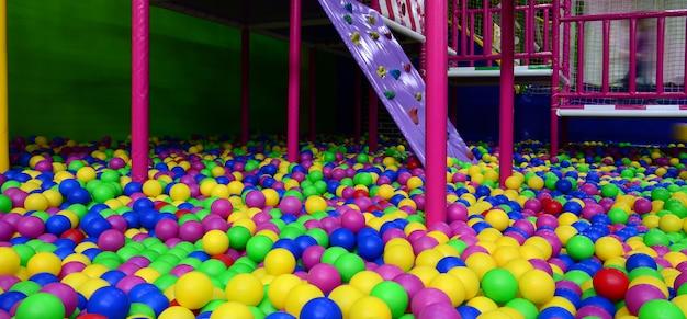 Viele bunte plastikkugeln in einem kinderpit an einem spielplatz