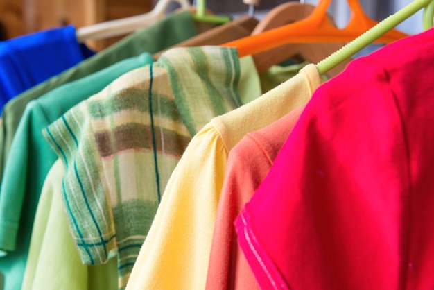 Viele bunte shirts im kleidereinzelverkauf
