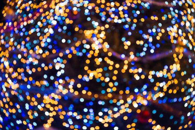 Viele bunte unschärfeweihnachtslichter können für feiertagshintergrund verwendet werden