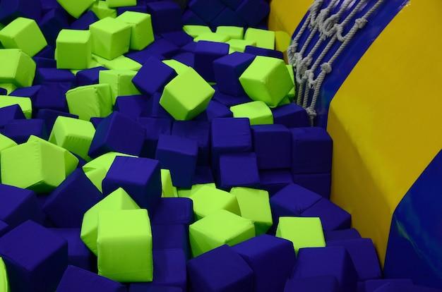 Viele bunte weiche blöcke in einem kinder-ballpit auf einem spielplatz