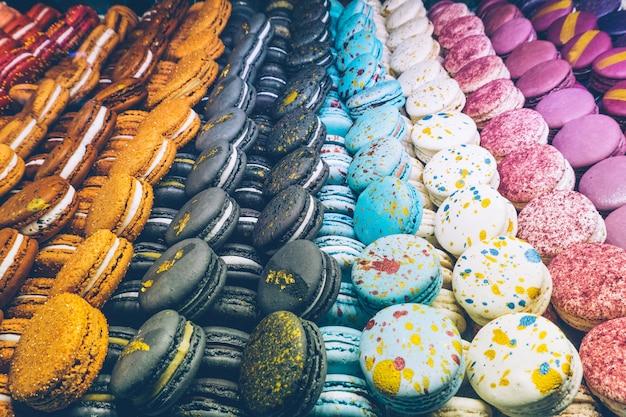 Viele bunten makronen auf dem süßigkeitsshop.