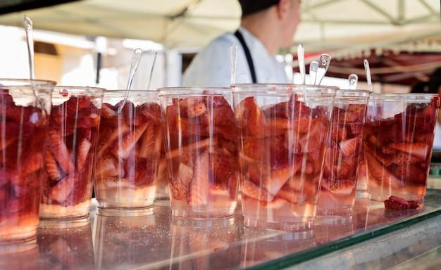 Viele cocktails mit erdbeeren zum verkauf