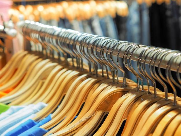 Viele der hölzernen kleiderbügel am schrank oder kleiderständer im shop