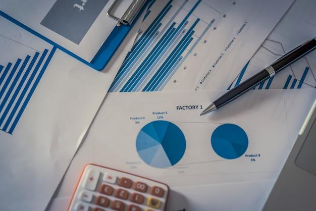 Viele diagramme und diagramme mit stiftbleistift. reflexionslicht und flackern. konzeptbild der datenerfassung und des statistischen arbeitens.