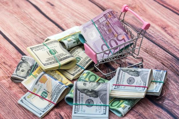 Viele dollar- und euro-banknoten als hintergrund.