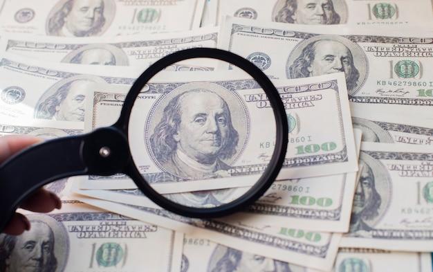 Viele dollarnoten geld amerikaner mit glaslupe