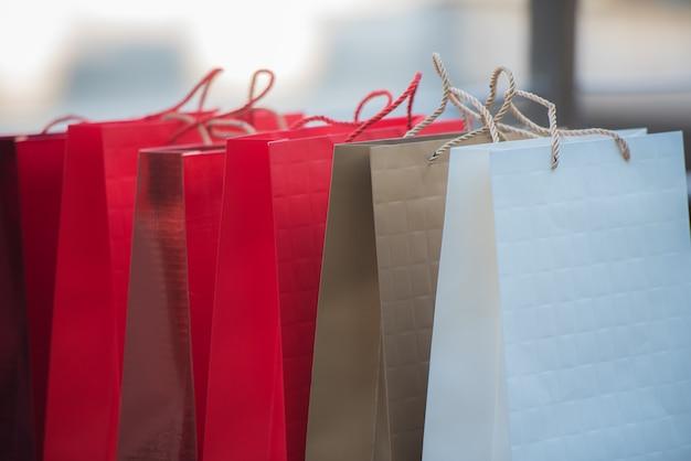 Viele einkaufstüten liegen zusammen auf dem boden.