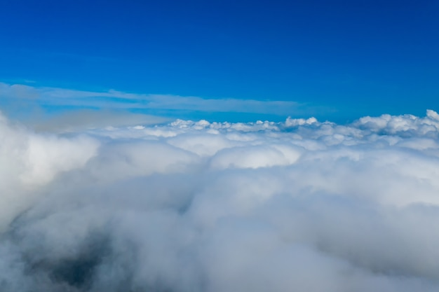 Viele endlose wolken am fantastischen blauen himmel. wolken unter dem himmel. baumwollwolken unter dem himmel.