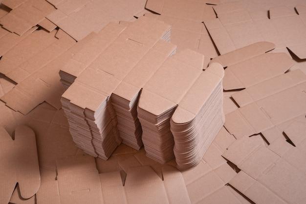 Viele entfaltete braune pappkartons