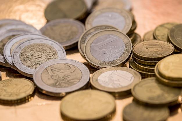 Viele euro-münzen isoliert auf gold nahaufnahme
