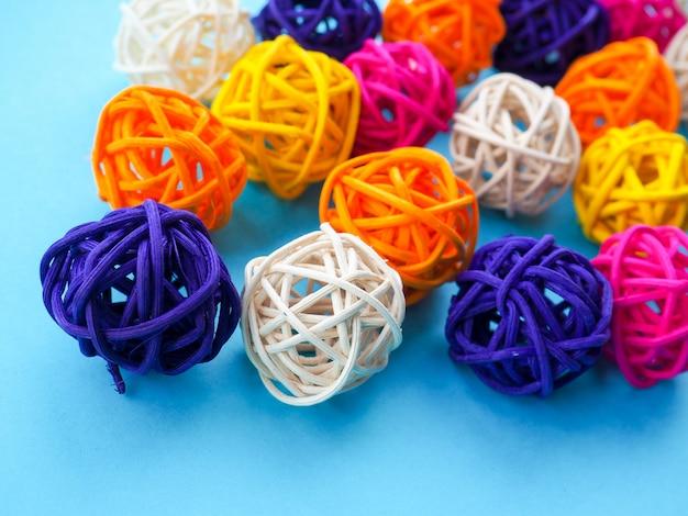 Viele farbigen bälle für einen floristen