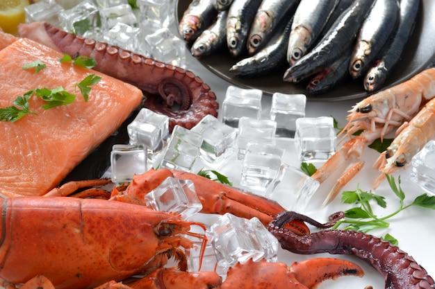 Viele fischarten auf dem tisch