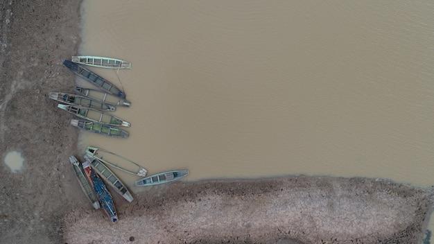 Viele fischerboote im fluss von oben genommen