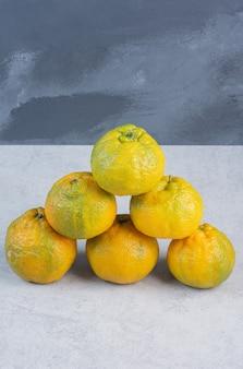 Viele frische orangen überlappen sich und sind essfertig.
