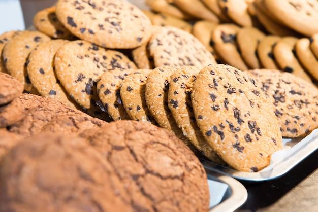 Viele gebackene schokoladenkekse auf dem tisch