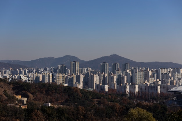 Viele gebäude in korea mit berglandschaft