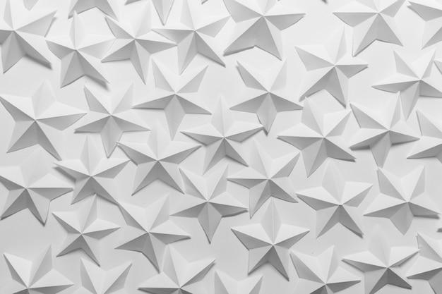 Viele gefaltete papiersterne auf weißem hintergrund