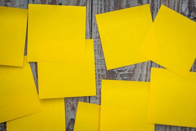 Viele gelbe post-it stecken an einer wand