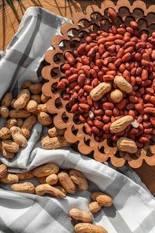 Viele geröstete erdnüsse.