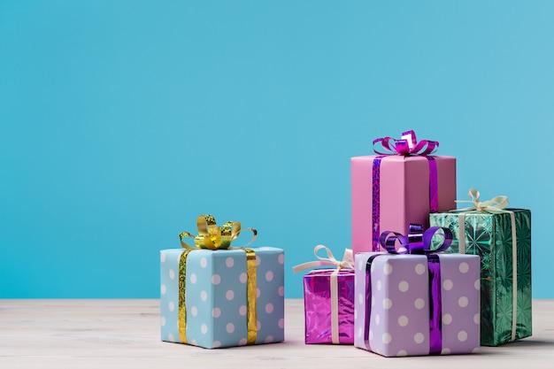 Viele geschenkboxen auf blauem hintergrund.