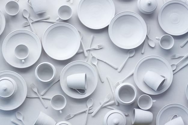 Viele geschirrteile und geräte sind auf einer weißen fläche weiß gestrichen