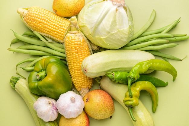 Viele gesunde gemüse auf farbhintergrund Premium Fotos