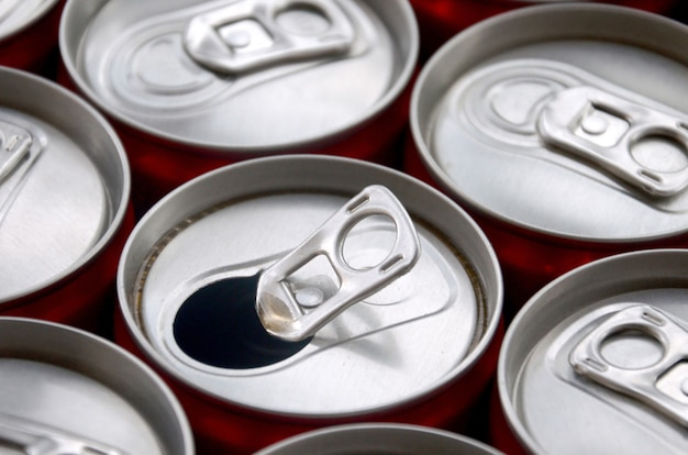 Viele getränkedosen aus aluminium. werbung für soda getränke oder blechdosen massenproduktion