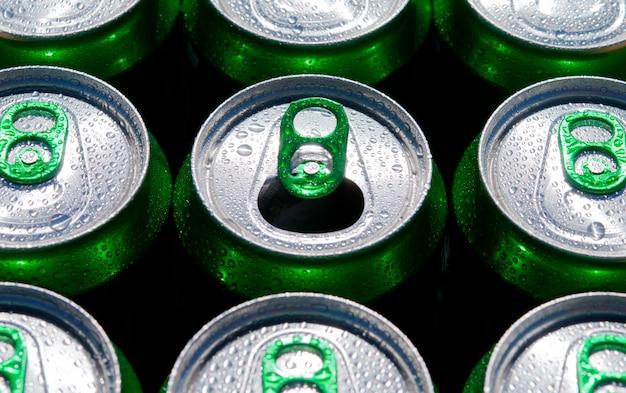 Viele getränkedosen. einer ist offen.