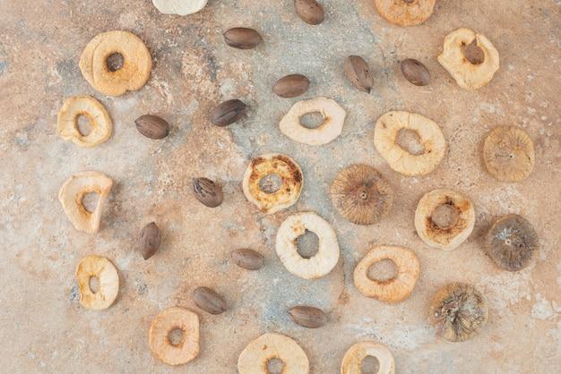Viele getrocknete früchte und nüsse auf marmorhintergrund
