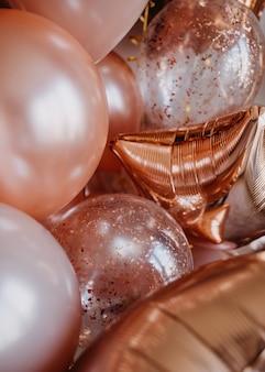 Viele glänzende roségoldene rosa ballons hintergrund